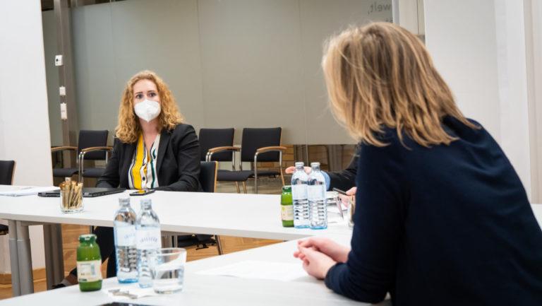 Keya Baier und Klimaschutzministerin Leonore Gewesner